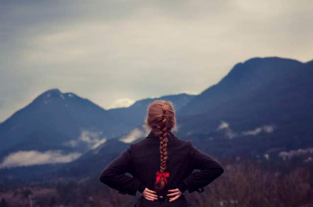 girl_staring_at_mountains